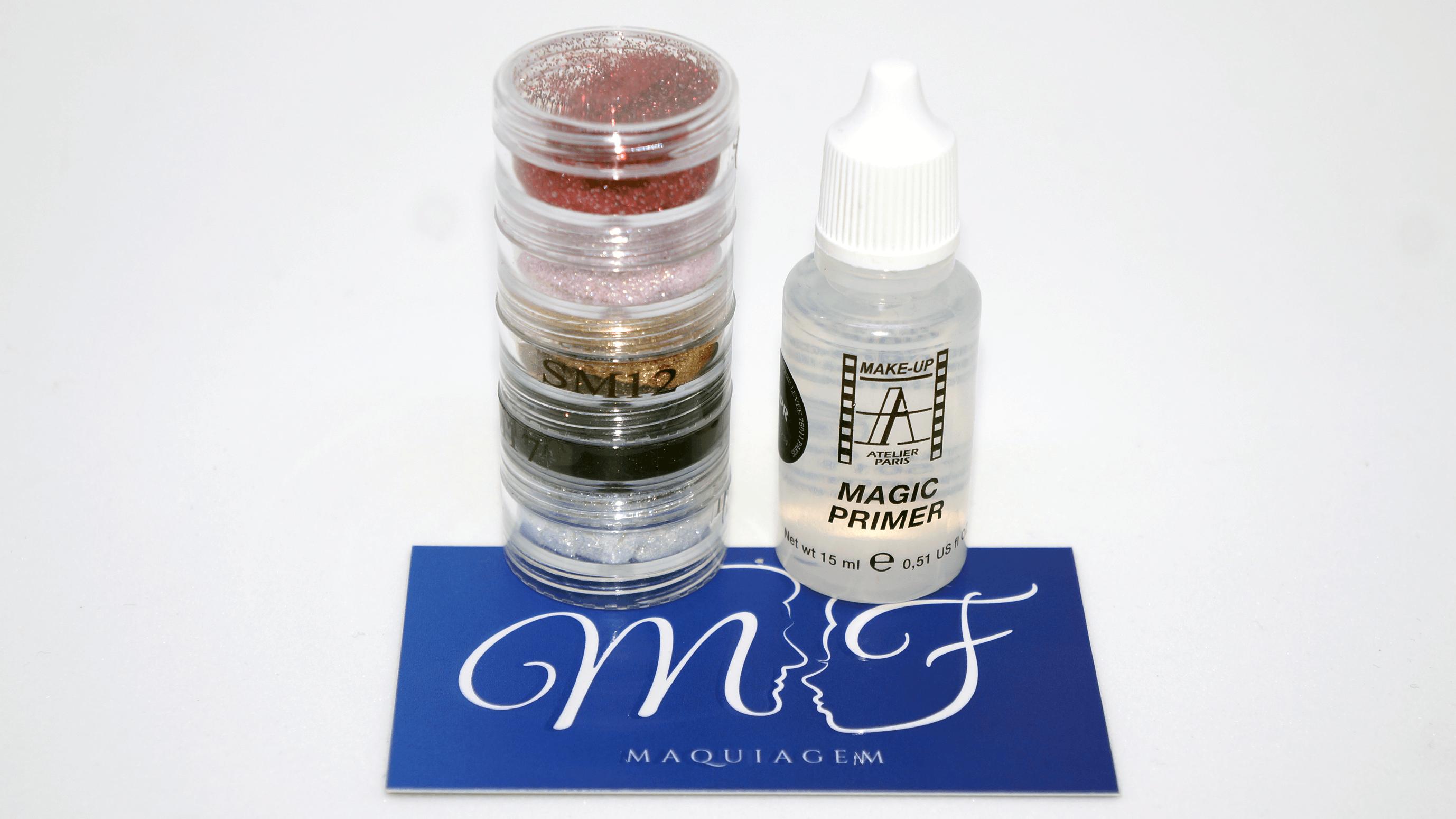 Compras na MF Maquiagem: torre com 5 glitters e Magic Primer da Make Up Atelier Paris com cartão de visita da MF Maquiagem.