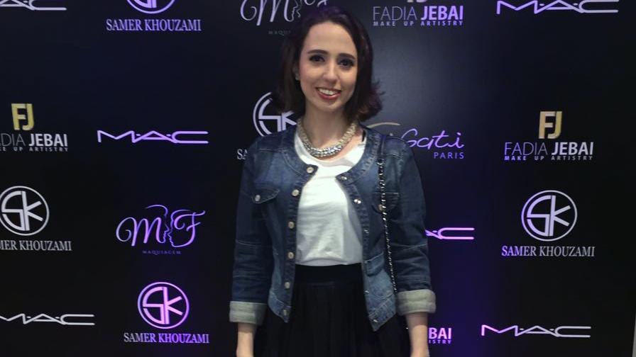 Produção de Daniela Maksoud para o Make It Real SK Tour 2016 com jaqueta jeans, blusa branca, saia preta e bolsa.