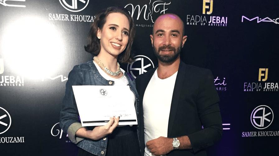 Daniela Maksoud recebe certificado de Samer Khouzami.
