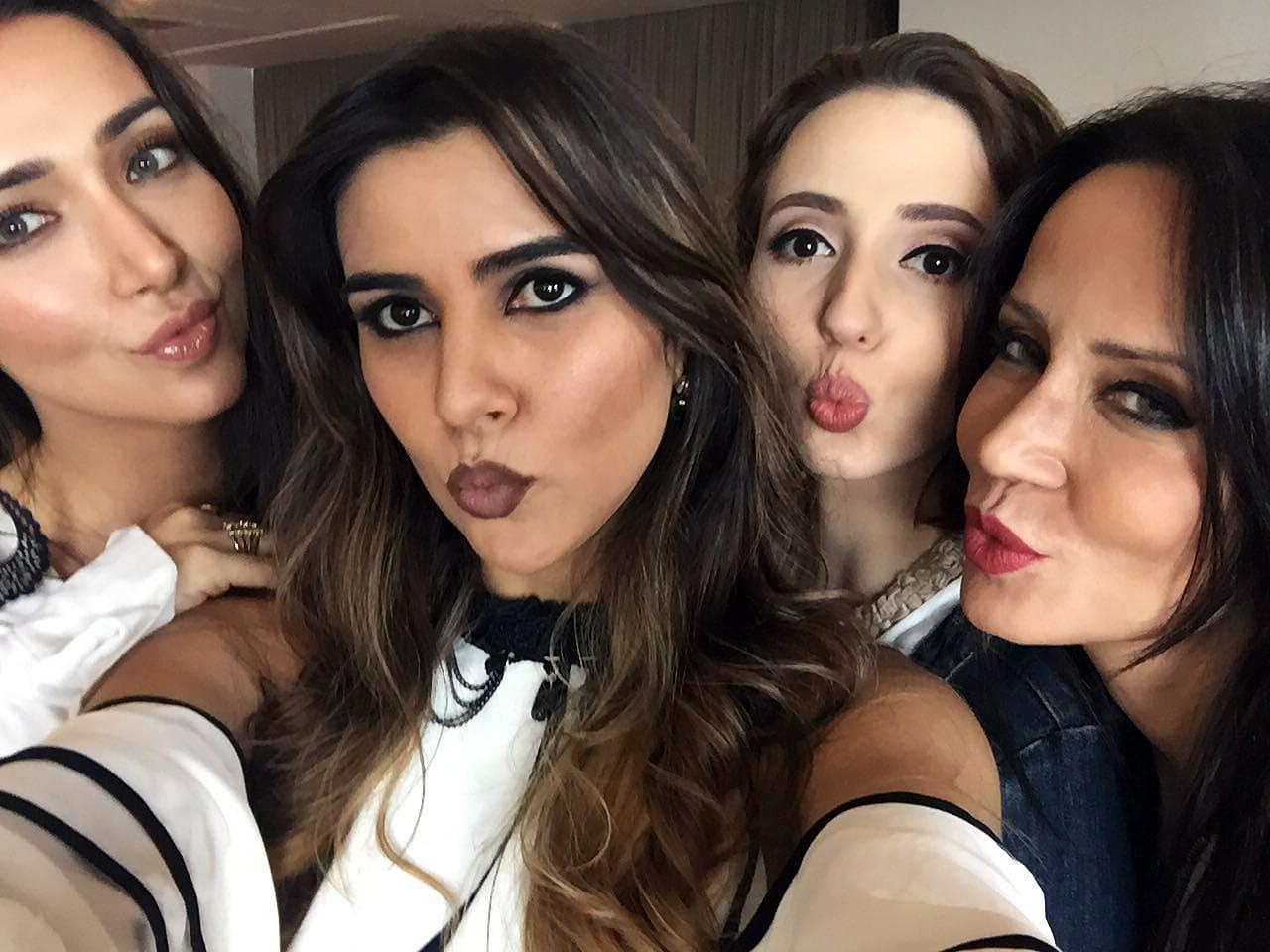 Kamilla Anhê, Alanna Arruda, Daniela Maksoud e Karinna Anhê posam para foto no Make It Real SK Tour 2016.