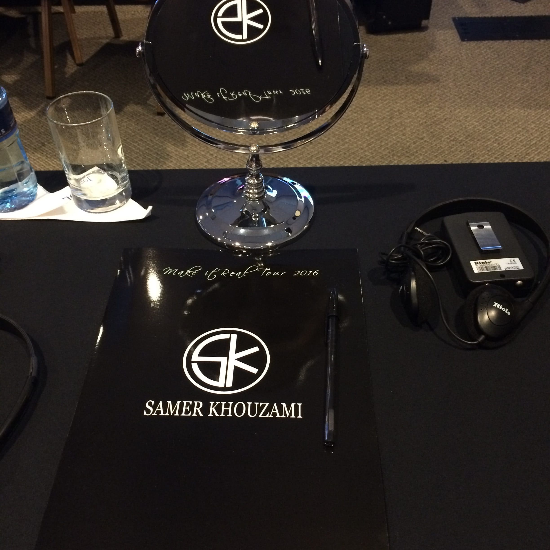 Bancada com espelho, caneta e bloco de anotações com logomarca do Samer Khouzami.
