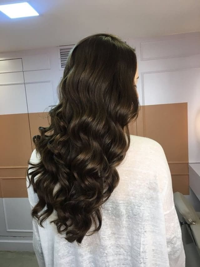 Cabelos castanhos de Daniela Maksoud com blow dry Sampa do 55 Beauty Bar.