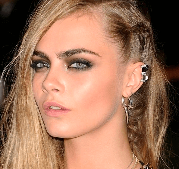 Cara Delevingne usa piercings falsos.