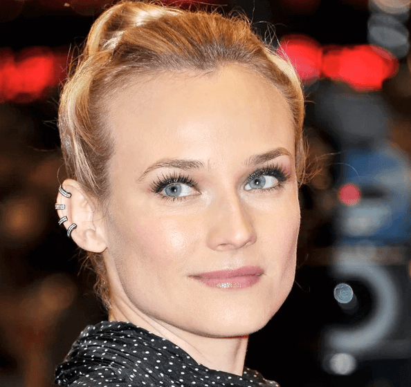 Diane Kruger usa piercings falsos.