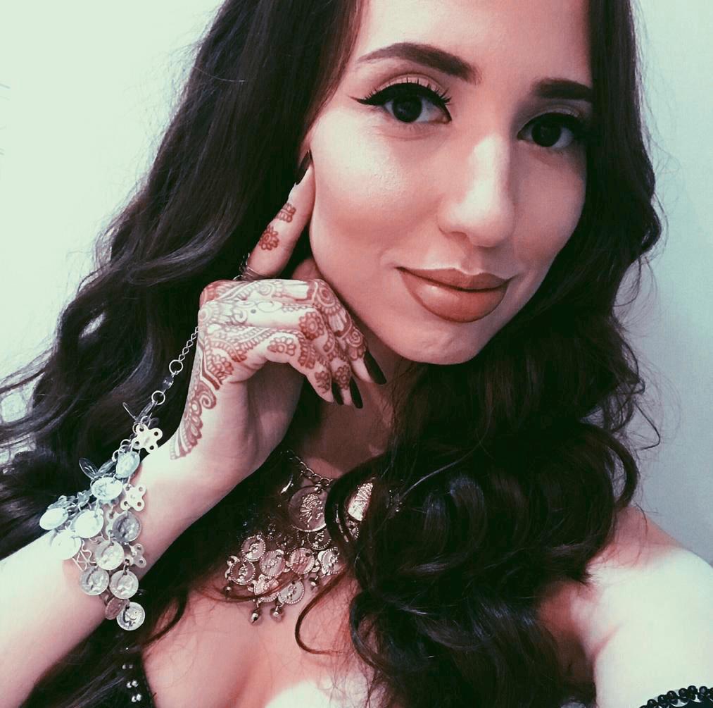 Daniela Maksoud fantasiada de odalisca exibe mão com tatuagem de henna ou mehandi.