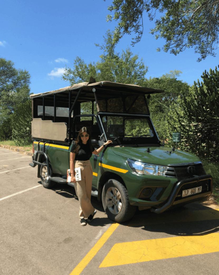 Ana Paula Kasznar posa ao lado de um carro do safári no Kruger National Park.