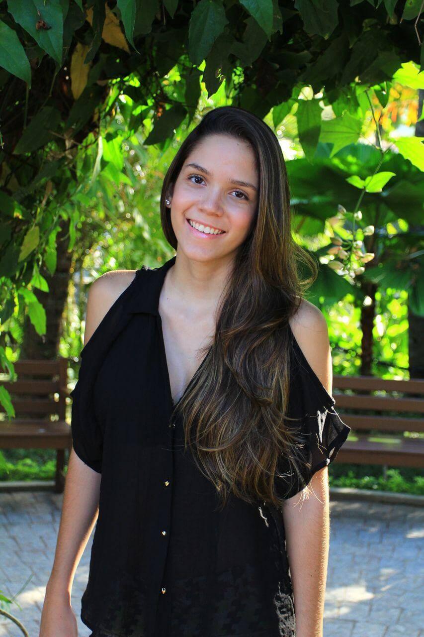 Manuela Brasão com cabelo longo.