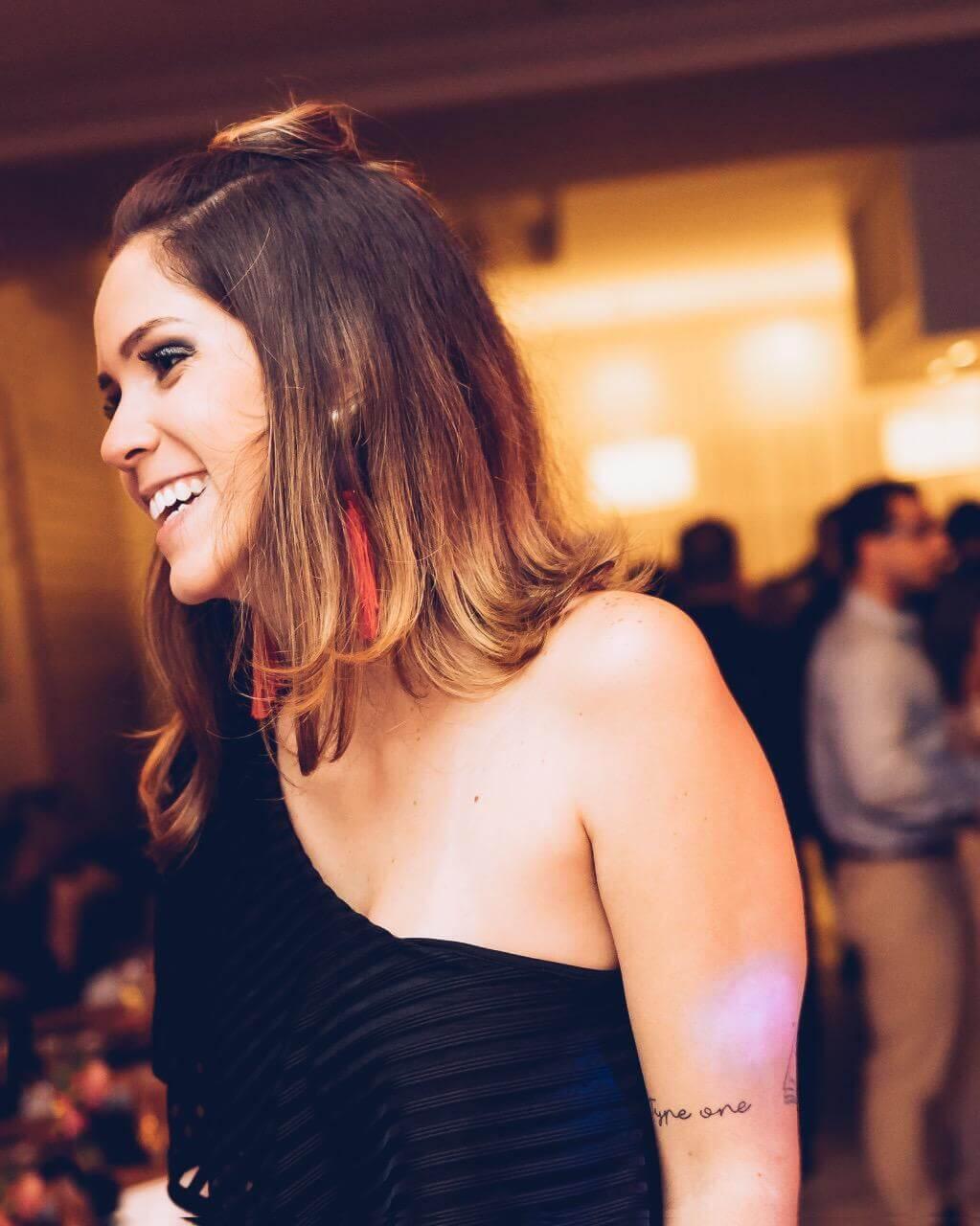 Manuela Brasão com corte de cabelo bob repicado.