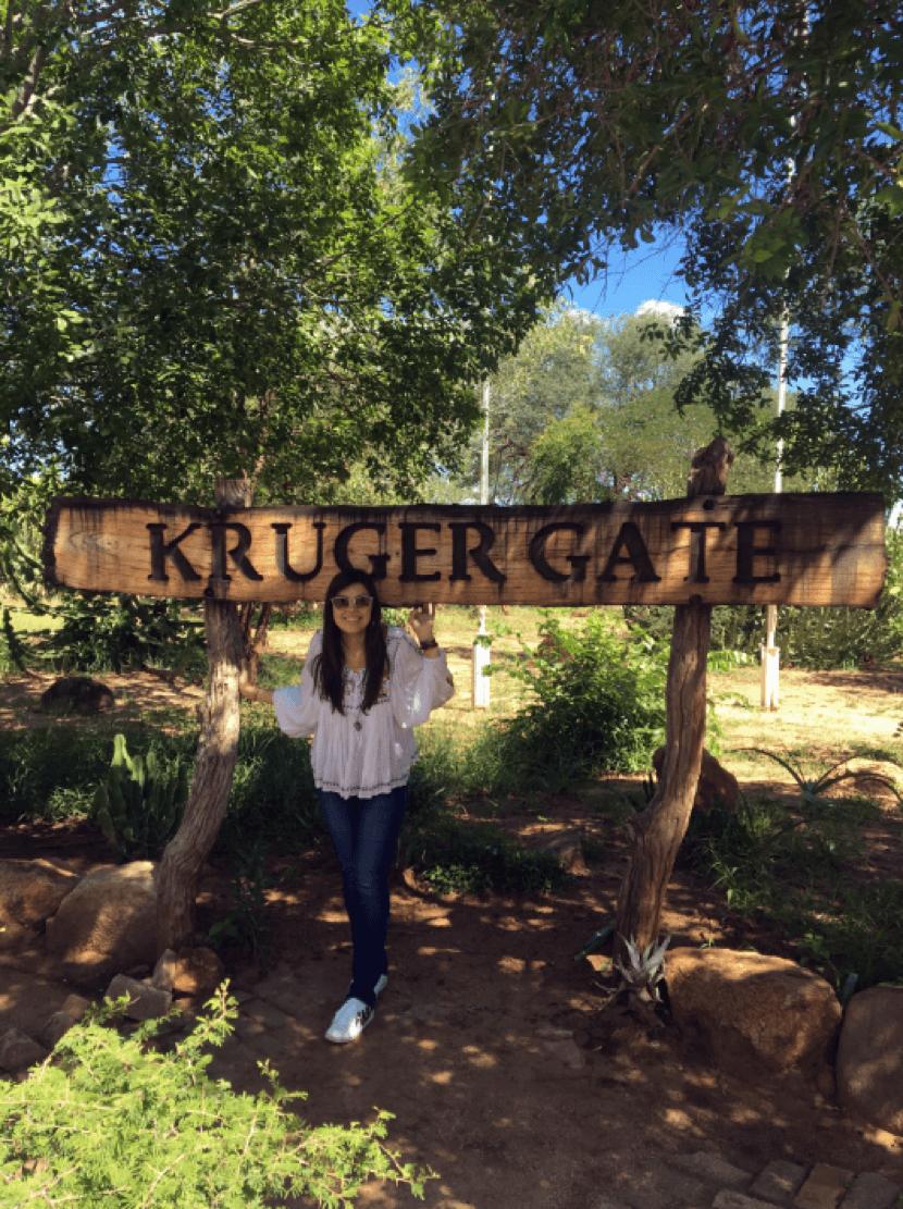 Ana Paula Kasznar posa ao lado da placa do portão de entrada.