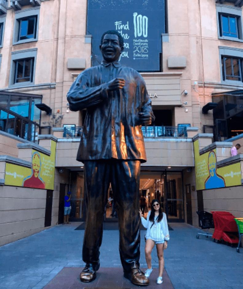 Ana Paula Kasznar posa para foto ao lado da estátuda de 6m de Nelson Mandela.