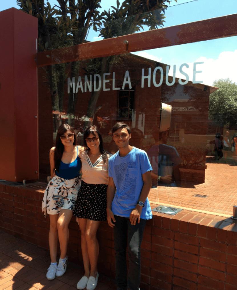 Ana Paula Kasznar, sua mãe e seu irmão posam para foto na frente da casa de Nelson Mandela em Johanesburgo.