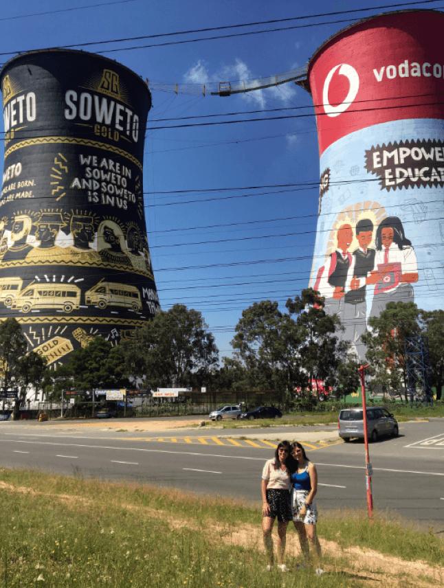 Ana Paula Kasznar e sua mãe posam para foto em rua do Soweto em Johanesburgo.