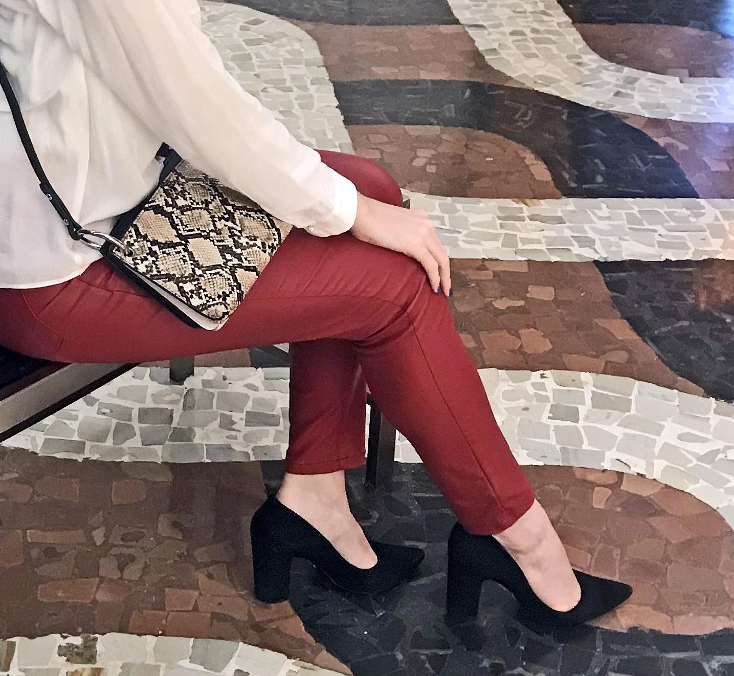 Daniela Maksoud veste bolsa com estampa de cobra.