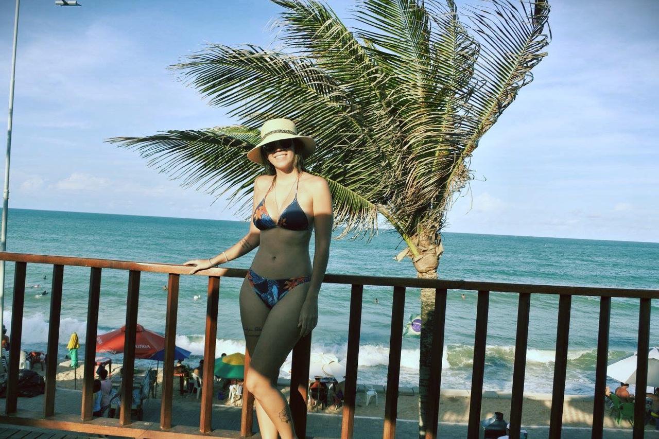Manuela Brasão posando para foto na varanda do hotel Manary em frente à praia de Ponta Negra.