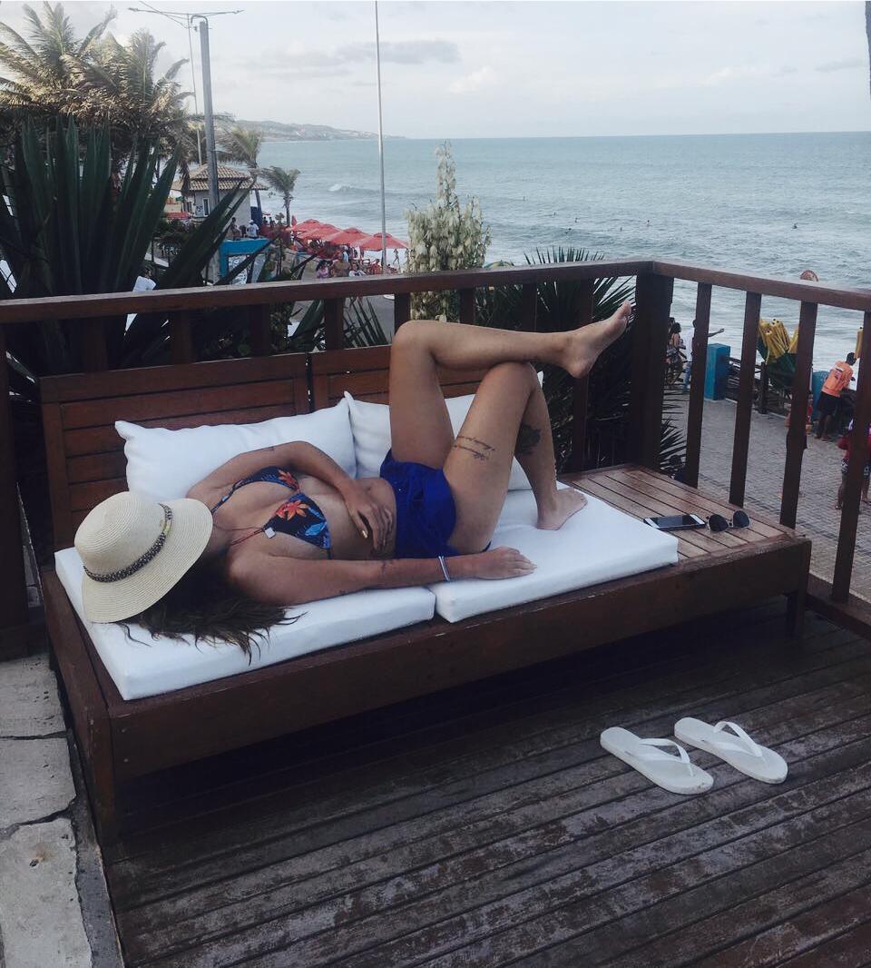Manuela Brasão deitada na varanda do hotel Manary.