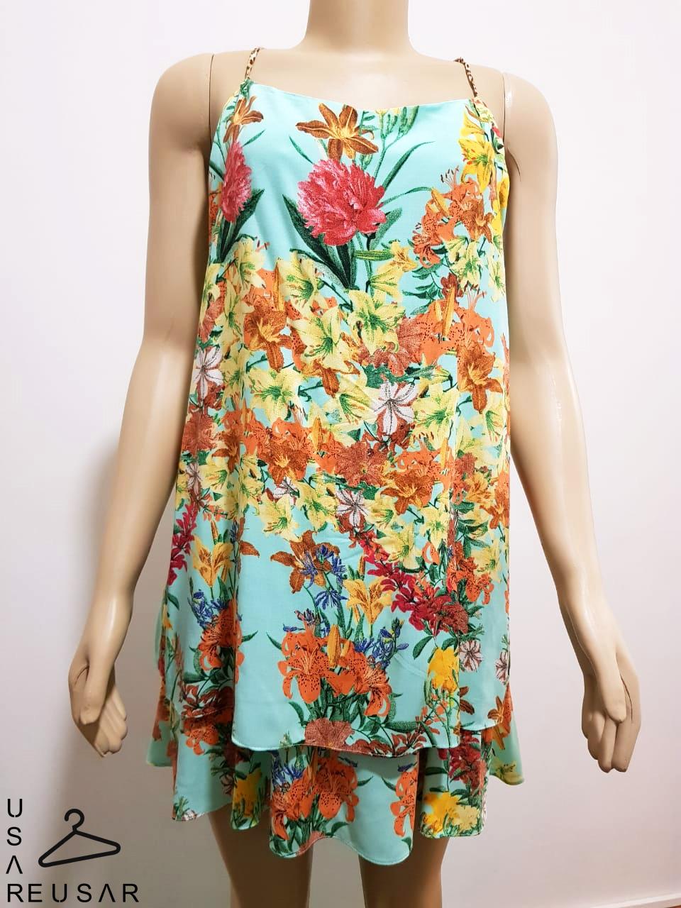 Manequim com vestido floral e alça de oncinha.