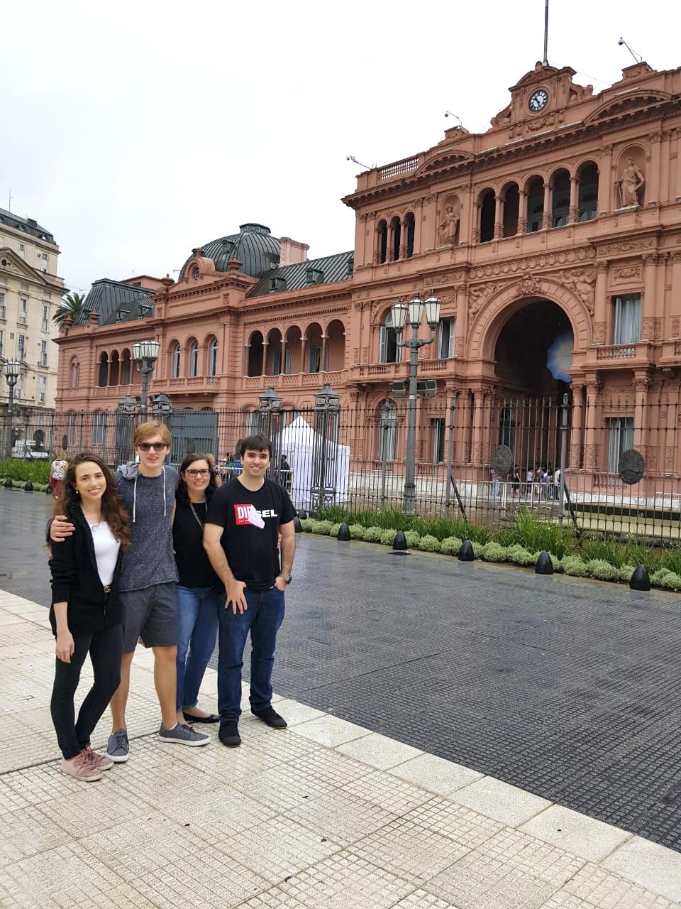 Família Maksoud na Plaza de Mayo com Casa Rosada ao fundo.