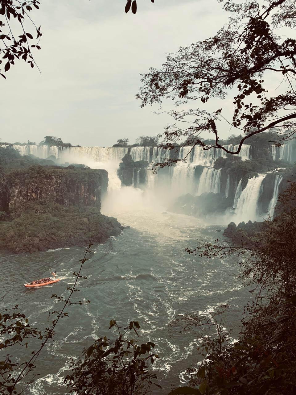 Cataratas de Foz do Iguaçu e barco passando.