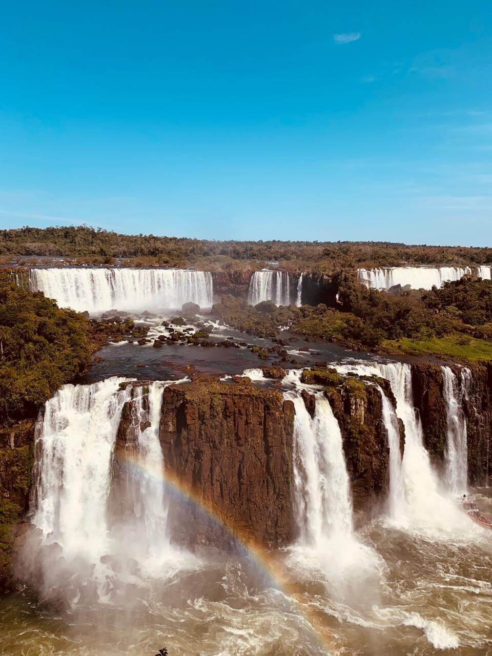 Cataratas de Foz do Iguaçu e arco-íris.