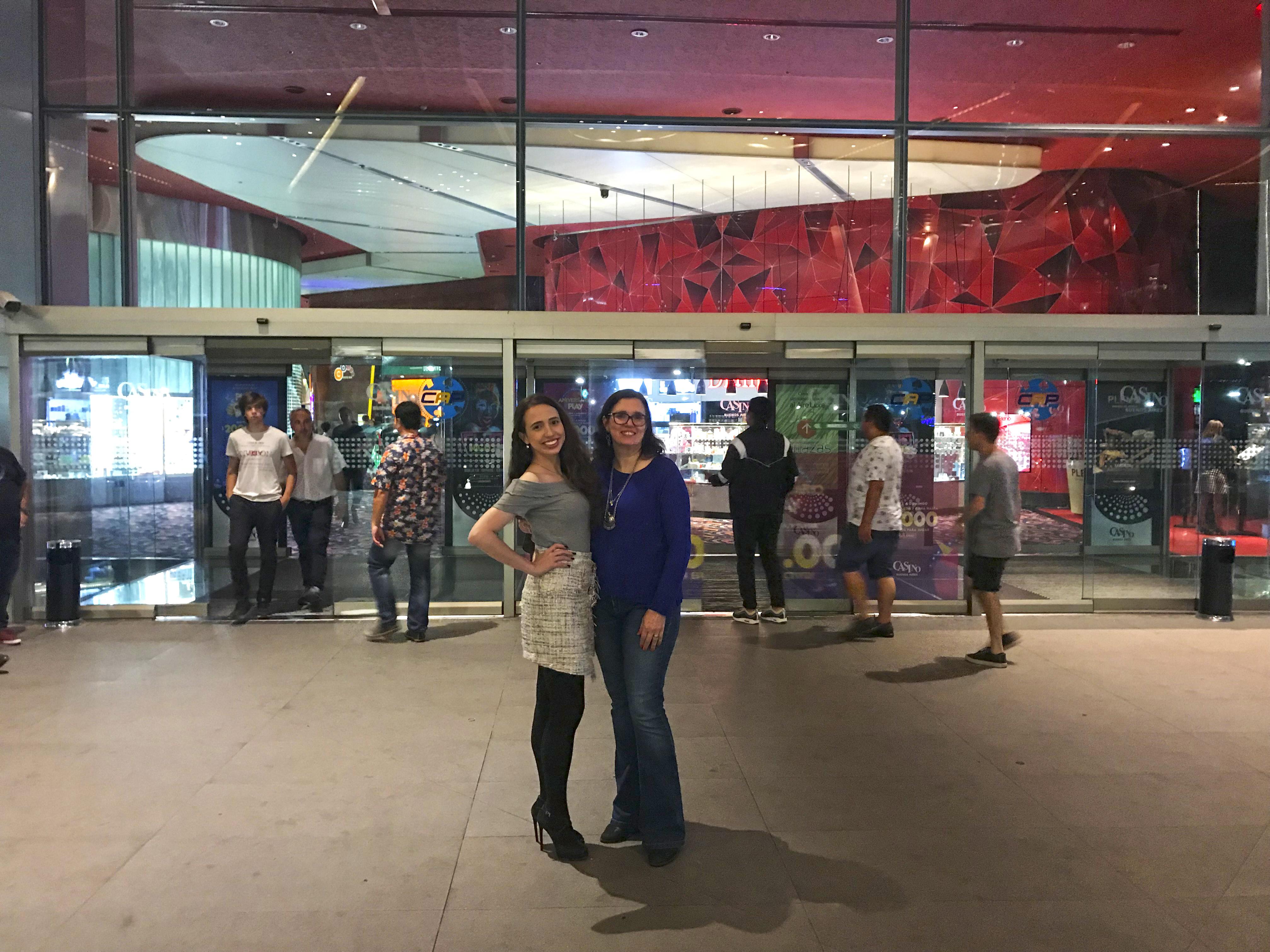 Duas mulheres na porta de entrada do Casino Buenos Aires.