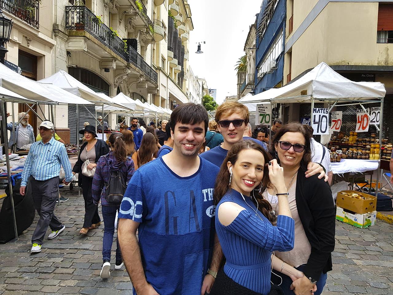 Família Maksoud no meio da feira de San Telmo.
