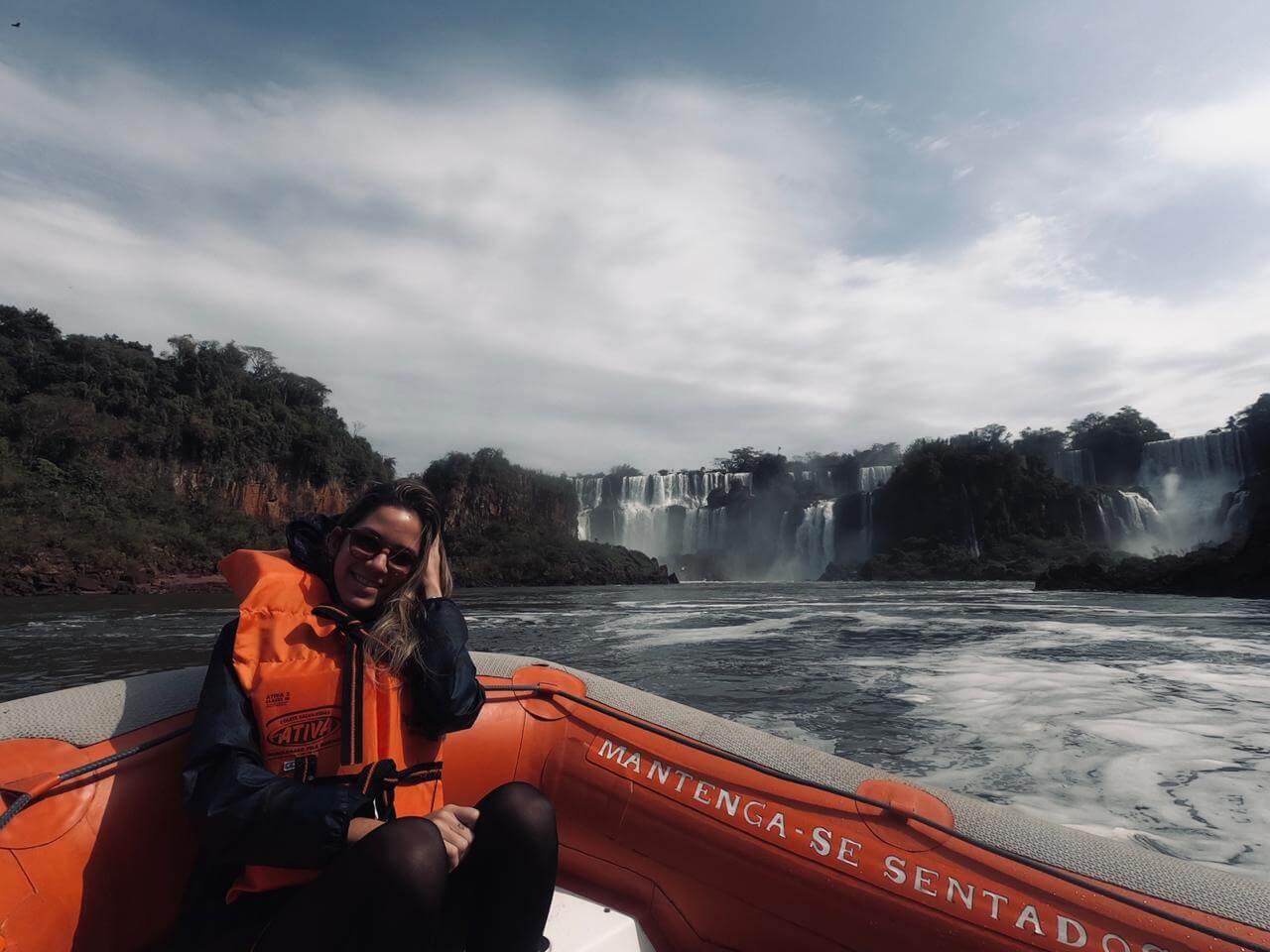 Manuela Brasão dentro de barco nas águas das cataratas de Foz do Iguaçu.