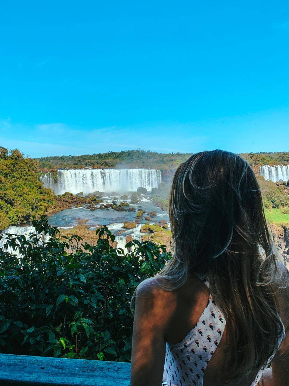 Manuela Brasão contempla as cataratas de Foz do Iguaçu.
