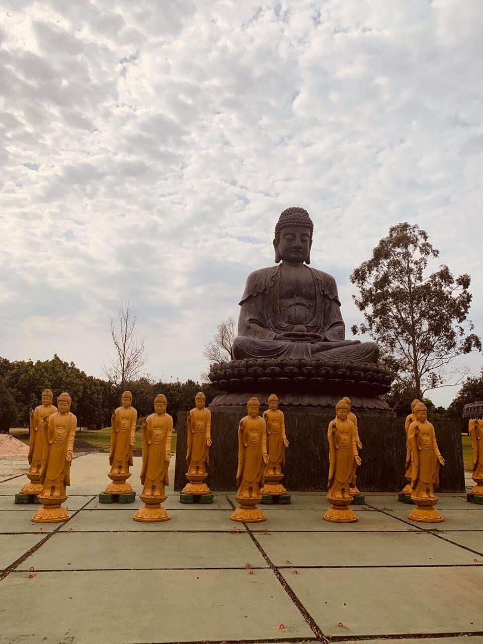 Estátuas do templo budista de Foz do Iguaçu.