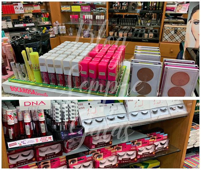 Balcão com produtos de maquiagem diversos.