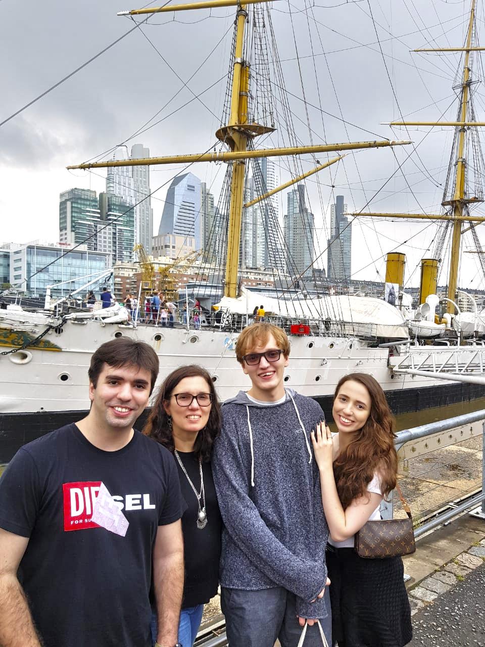 Família Maksoud em frente a um navio no cais de Puerto Madero.