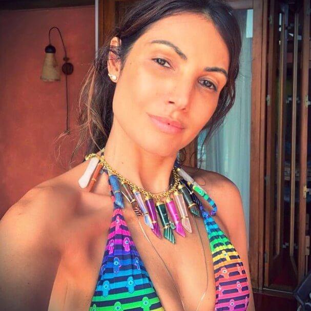 Patrícia Poeta com colar cheio de pingentes coloridos de figa.