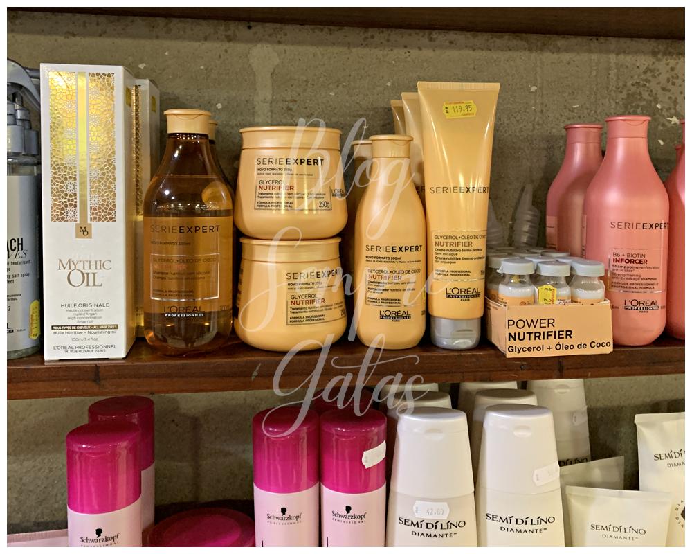 Prateleira com produtos da L'Oréal, Schwarzkopf e Alfaparf.