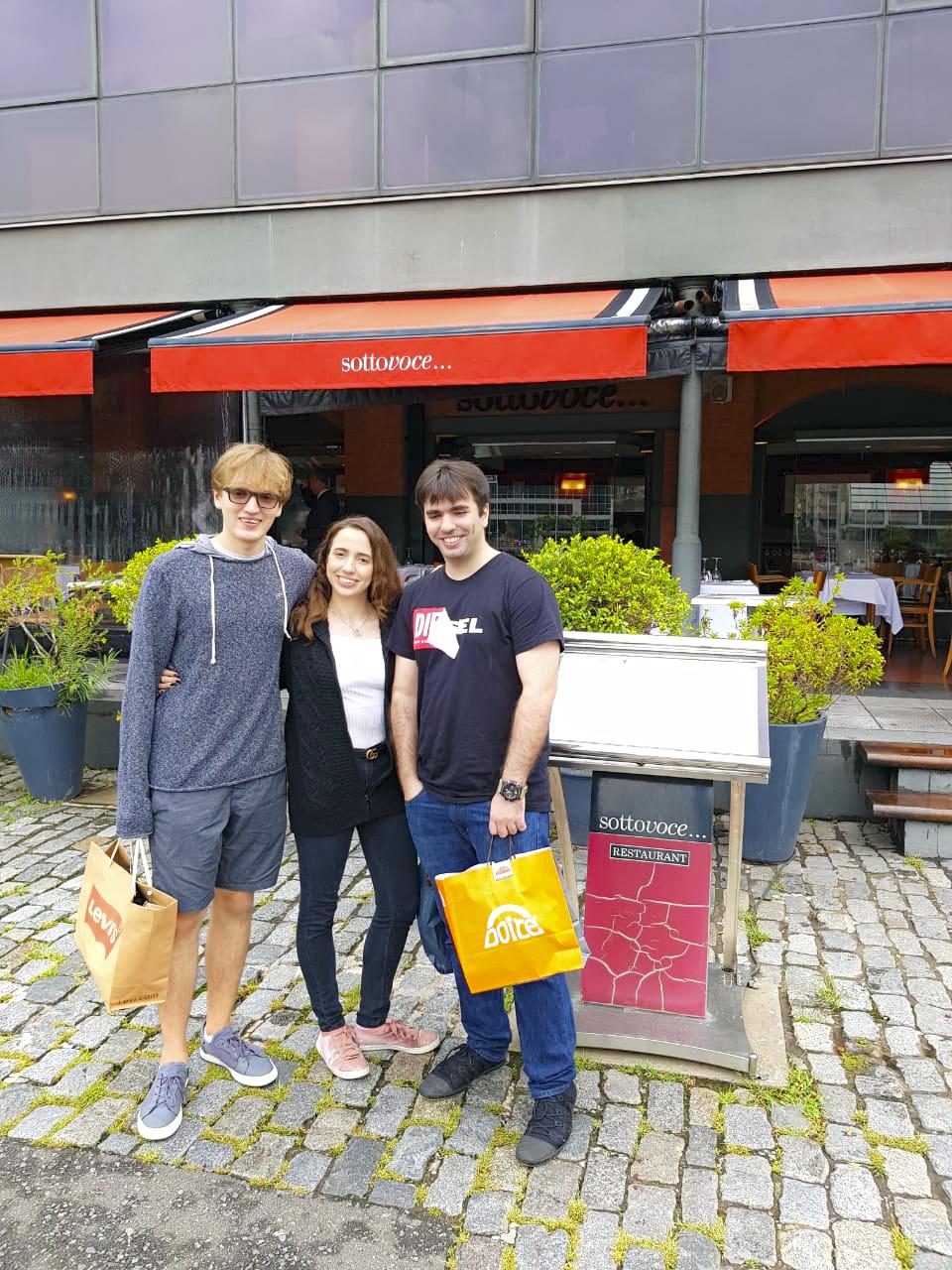 Família Maksoud em frente à entrada do restaurante Sotto Voce em Puerto Madero.