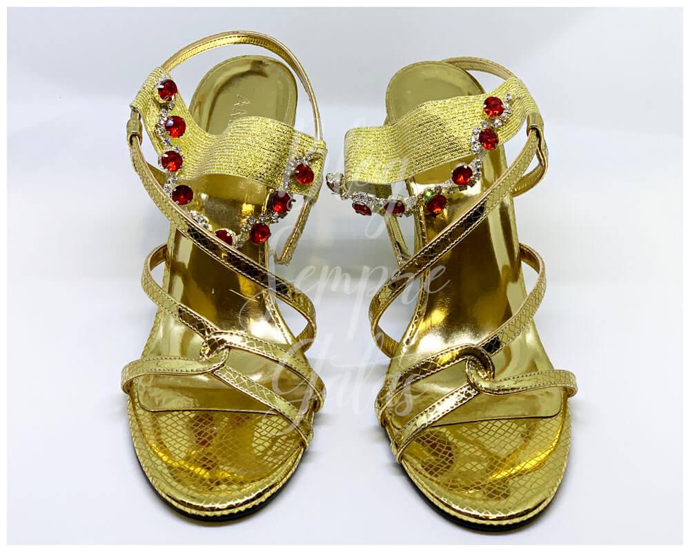 Sandálias douradas com pedras vermelhas da fantasia da Jasmine.