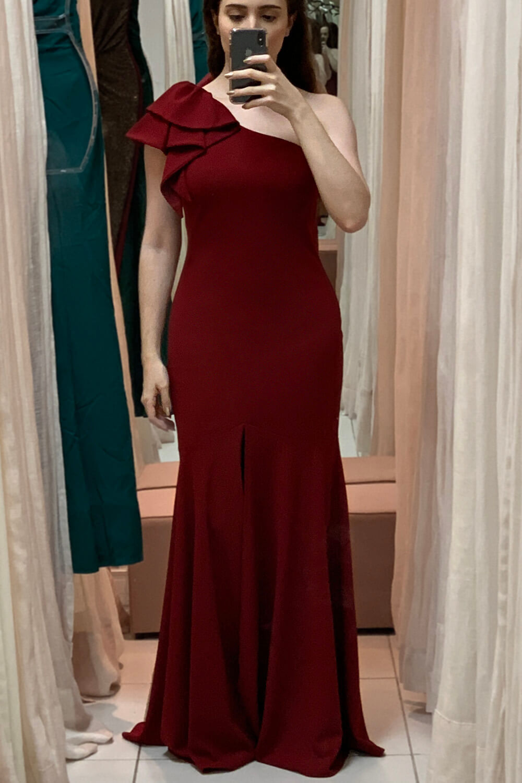 Daniela Maksoud usa vestido longo marsala de um ombro só.