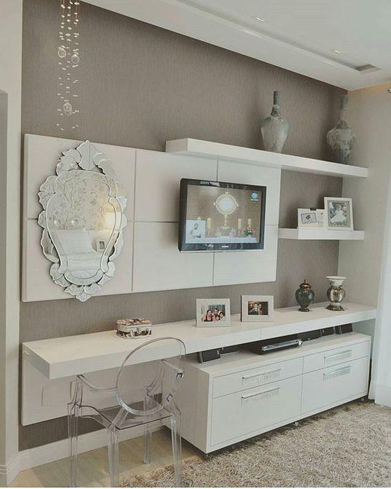 Cadeira Louis Ghost transparente em quarto nas cores cinza e bege.