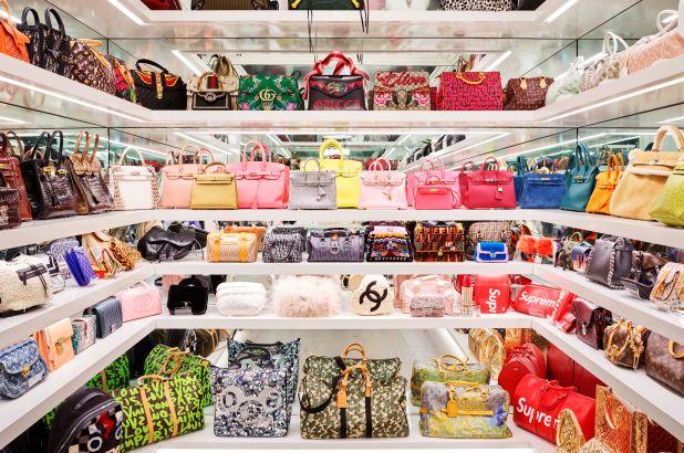 Closet de bolsas da Kylie Jenner.