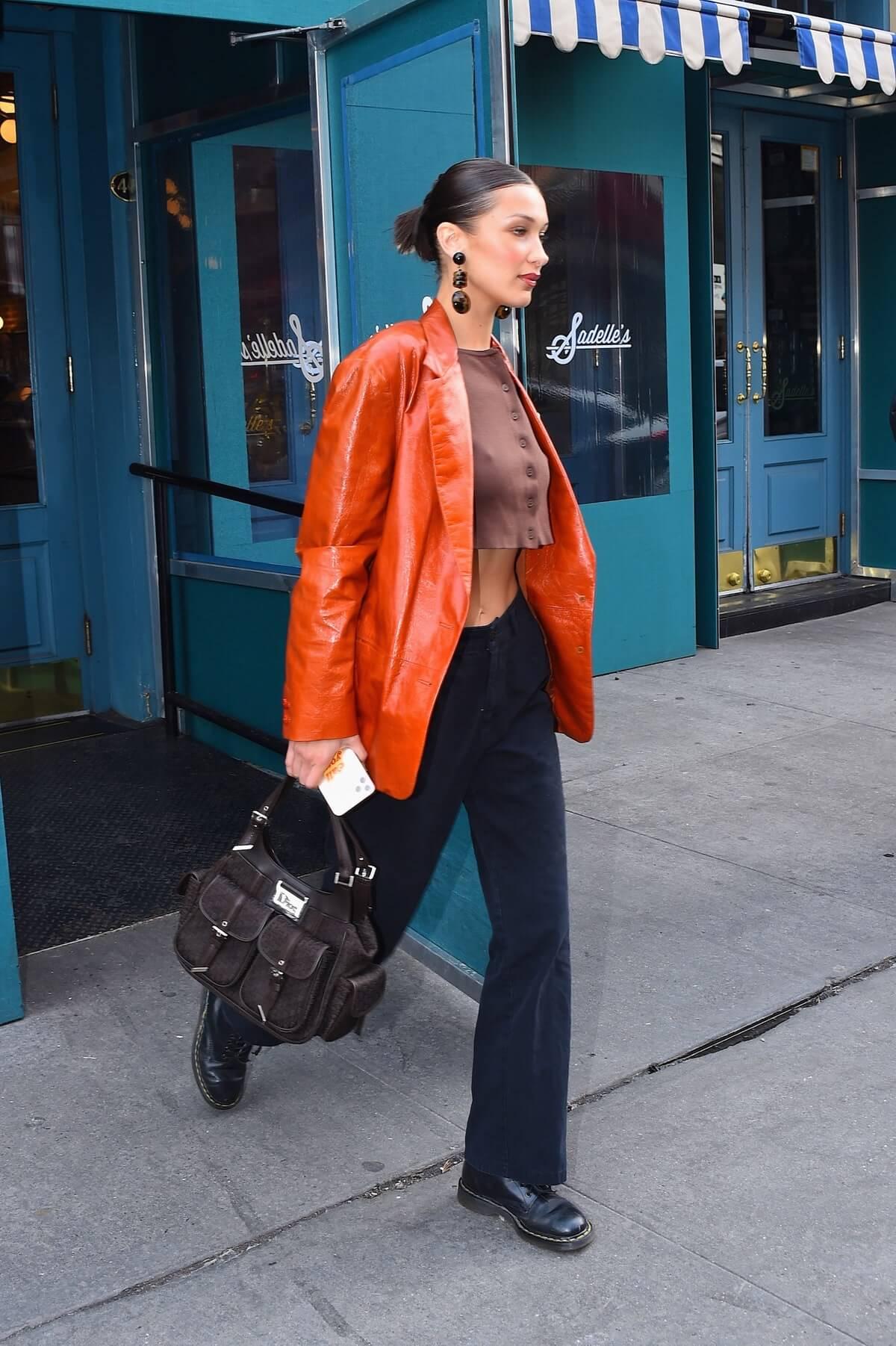 Bella Hadid com bolsa Dior vintage marrom.