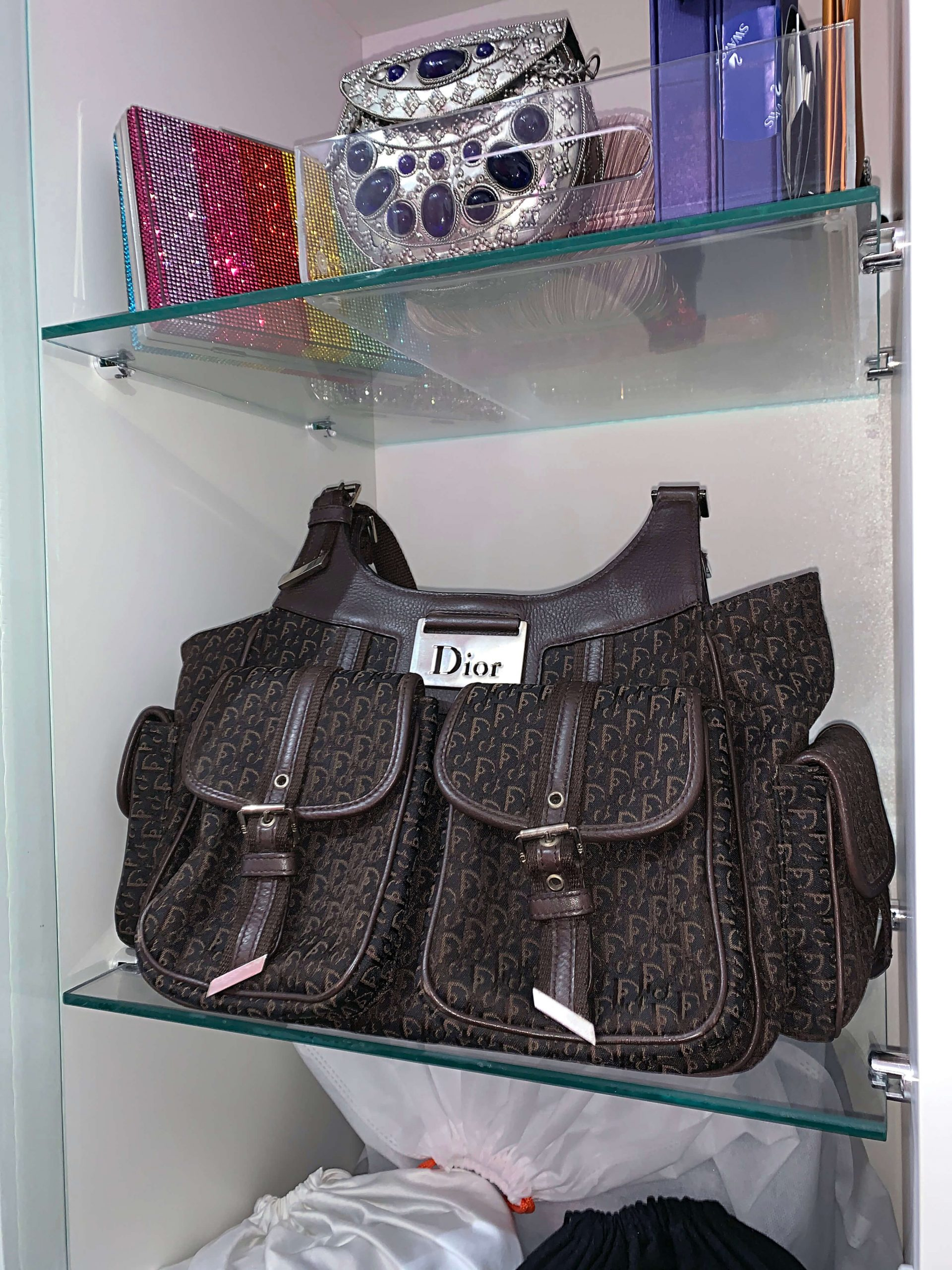 Bolsa Dior vintage marrom em armário.