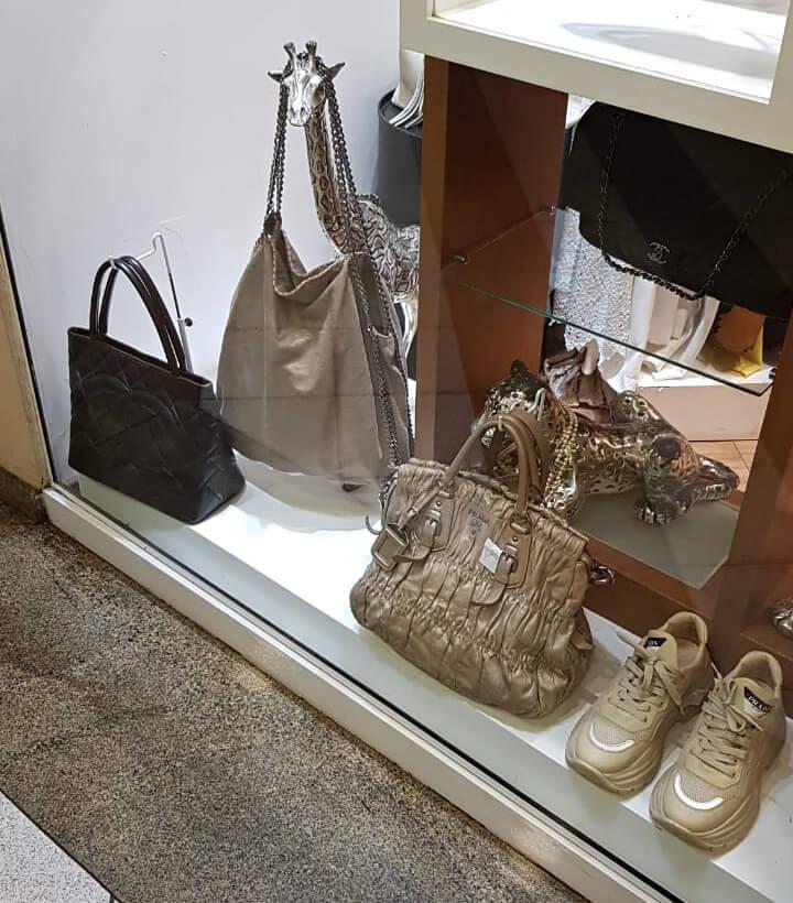 Vitrine com bolsas Chanel, Stella McCartney e Prada.